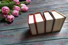 Roze tulpen met boeken op houten achtergrond Stock Foto