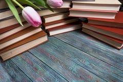 Roze tulpen met boeken op houten achtergrond Stock Afbeeldingen