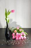 Roze tulpen met glasbellen Stock Foto