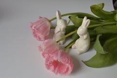 Roze tulpen met konijntjes stock foto's