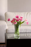 Roze tulpen in moderne woonkamer royalty-vrije stock afbeelding