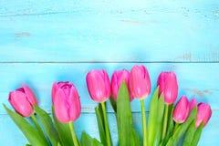 Roze tulpen op houten blauwe achtergrond Conceptievakantie, 8 Maart, Moeder` s Dag Vlak leg en kopieer ruimte Stock Foto's
