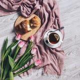 Roze tulpenbloemen en croissant voor ontbijt royalty-vrije stock afbeeldingen