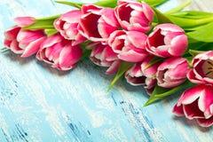 Roze tulpenboeket op blauwe houten achtergrond, exemplaarruimte royalty-vrije stock fotografie