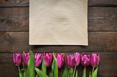 Roze, tulpenbos op de donkere achtergrond van schuur houten planken Royalty-vrije Stock Foto's