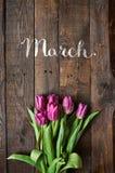 Roze, tulpenbos op de donkere achtergrond van schuur houten planken Ruimtefo Royalty-vrije Stock Foto