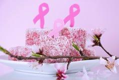 Roze van de de liefdadigheids Australische stijl van de Lintdag van de het hartvorm roze kleine lamingtoncakes - close-up Stock Fotografie