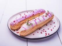 Roze van het de ochtend lichte violette Franse ontbijt van de eclairsplaat dichte omhooggaande de roomcake royalty-vrije stock foto's