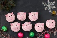 Roze varken cupcakes - eigengemaakte die cupcakes met eiwitroom en heemst wordt verfraaid gaven grappige piggies gestalte stock foto's