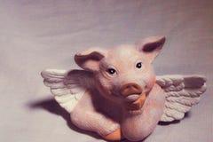 Roze varken met vleugels wanneer de varkens vliegen stock foto