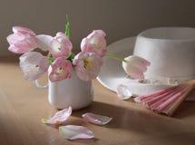 Roze ventilator en tulpen Stock Afbeeldingen