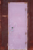 Roze vertikal smalle deur stock foto's