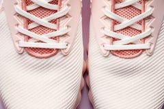 Roze vrouwentennisschoenen royalty-vrije stock foto