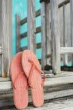 Roze wipschakelaars die op omheining leunen Stock Afbeeldingen