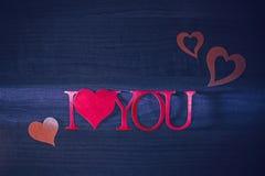 Roze woorden i houden van u op een blauwe achtergrond royalty-vrije stock foto