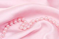 Roze zijde en parels Stock Foto
