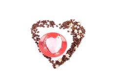 Roze zoete die mousse door koffiebonen wordt omringd Stock Afbeeldingen