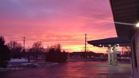 Roze Zonsondergang bij het Benzinestation stock afbeeldingen