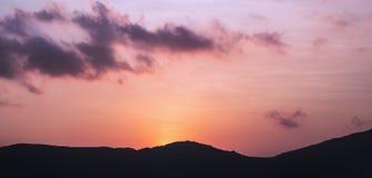 Roze zonsondergang en bergen Royalty-vrije Stock Foto