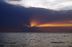 Roze zonsondergang met donkere purpere wolken Royalty-vrije Stock Afbeeldingen