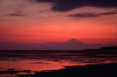 Roze zonsondergang met het silhouetlandschap van onderstelagung, Bali Indonesië royalty-vrije stock fotografie