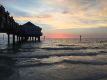 Roze zonsondergang met Silhouet van een Dok Stock Foto