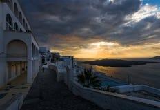 Roze zonsondergang over de witte stad van het Eiland Santorini Griekenland stock foto