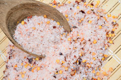 Roze zout met Spaanse peperzaad op lijst royalty-vrije stock foto