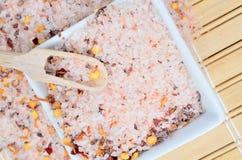 Roze zout met Spaanse peperzaad op lijst royalty-vrije stock fotografie