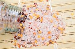 Roze zout met Spaanse peperzaad op lijst royalty-vrije stock afbeeldingen