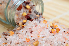 Roze zout met Spaanse peperzaad op lijst stock foto