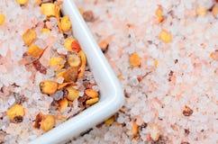 Roze zout met Spaanse peperzaad op lijst stock afbeelding
