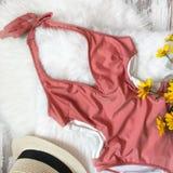 Roze zwempak op de achtergrond van bont stock afbeeldingen