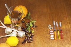 Rozebottelthee en griepinenting Traditionele geneeskunde en moderne behandelingsmethodes Injectie van griepvaccin Royalty-vrije Stock Foto's