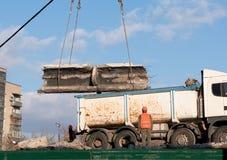 Rozebranie betonowe struktury z budowa żurawiem fotografia stock