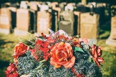 Rozen in een begraafplaats Stock Foto
