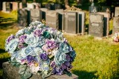 Rozen in een begraafplaats Royalty-vrije Stock Foto's