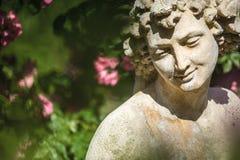 Rozen en godenstandbeeld in de roze tuin Beutig in baden-Baden stock afbeeldingen