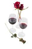 Rozen en Rode Wijnglazen op de witte samenstelling van de Valentijnskaartendag Stock Foto's