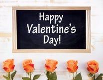 Rozen met bord en de Dag van woorden Gelukkige Valentijnskaarten Royalty-vrije Stock Foto's
