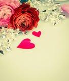 Rozen met hart en glasslinger, liefdeachtergrond Stock Fotografie