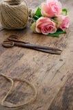 Rozen met oude roestige antieke schaar royalty-vrije stock afbeelding