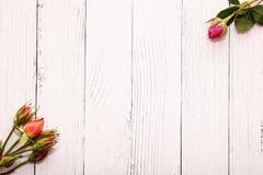 Rozen op witte houten achtergrond Vakantie en liefdeconcept Huwelijk, de dag van Valentine, 8 Maart en de dag van vrouwen stock fotografie