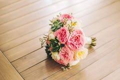 Rozen, pioenen en mengeling van het boeket van de zomerbloemen Stock Foto