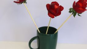 Rozen van aardbeien worden gemaakt die De aardbeien zijn gekleed op een stok, worden de bloemblaadjes gemaakt met een mes Op een  stock videobeelden