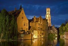 Rozenhoedkaai in Brugge bij nacht Stock Afbeelding