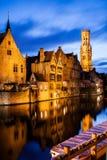 Rozenhoedkaai i dzwonnica w Bruge. Zdjęcie Royalty Free