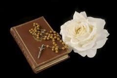 Rozentuin en bijbel Stock Afbeelding