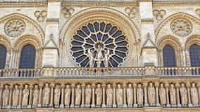 Rozet en overspannen vensters boven een rij van standbeelden, detail van Notre Dame-kathedraal, Parijs, Frankrijk Royalty-vrije Stock Foto's