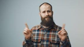 Rozgoryczony brodaty modnisia mężczyzna zaprzeczać zbiory wideo